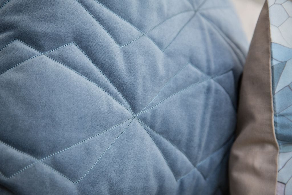 nitin goyal london kissen samt blau 50 x 50 johanna schultz wohnen. Black Bedroom Furniture Sets. Home Design Ideas